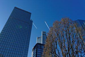 Frankfurt Hochhäuser und zwei Kondensstreifen
