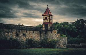 Ein Bild aus Bad Wimpfen, Stauferburg und Türmchen, dunkle graue Wolken am Himmel
