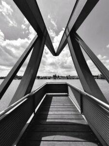 eine futuristische Konstruktion mit starken Linien, in schwarz weiß und sehr kontrastreich, Blick auf den Neckar