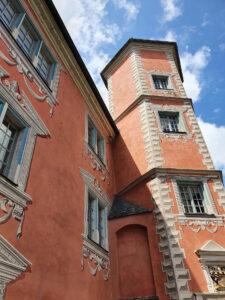 Fassade in alt-rosa, hübsch verziert mit weißen Applikationen