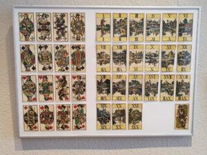 historische Spielkarten übersichtlich angeordnet
